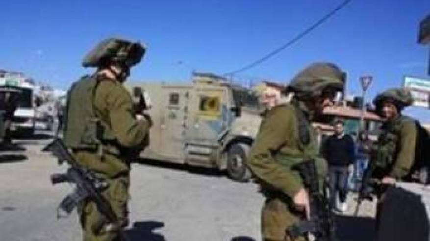 الاحتلال يداهم محال تجارية ويشن حملة مخالفات للمركبات في مخيم شعفاط