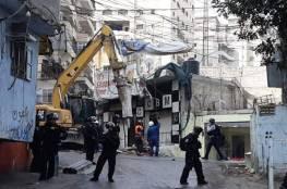 جرافات الاحتلال تشرع بهدم متاجر بمخيم شعفاط وسط القدس