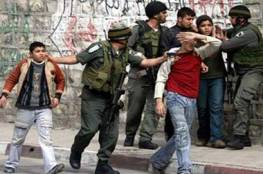 الاحتلال يعتقل فتيين من مخيم العروب ويغلق المدخل الرئيس لكلية فلسطين
