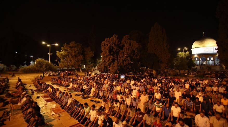 الآلاف يؤدون صلاة التراويح في رحاب المسجد الأقصى
