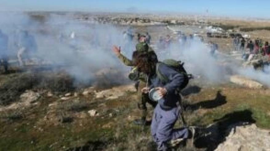 الاحتلال يواصل انتهاكاته: إصابات واعتقالات وجرف الأراضي واقتلاع الزيتون وإغلاق الطرق