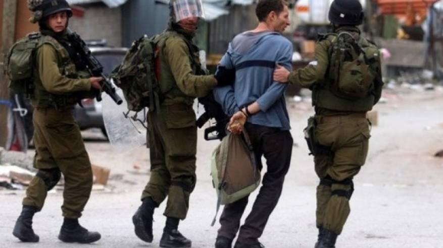 الاحتلال يعتقل 14 مواطنا من الضفة بينهم صحفي