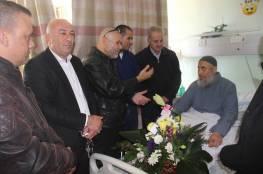 وفد من دائرة شؤون اللاجئين يعود الشيخ الاسطل في مستشفى نابلس للاطمئنان على صحته