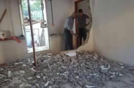 مواطن يهدم منزله بنفسه بالنقب تفاديا للغرامات