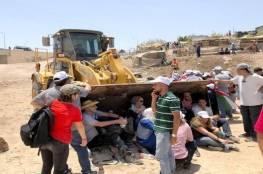 الاحتلال يحكم الخناق على الخان الاحمر وينصب بوابة حديدية على مدخلها الرئيسي