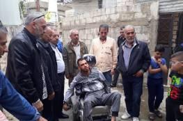 شؤون اللاجئين بالمنظمة تسلم المريض غالي كرسي متحرك كهربابي