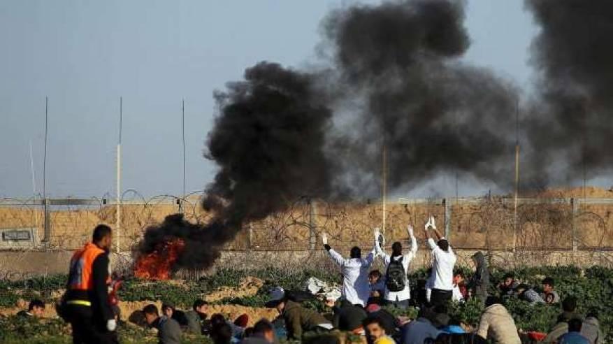 استشهاد مواطنة وإصابة 25 آخرين وصحفيين ومسعف في غزة