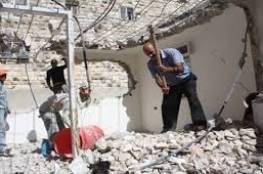عائلتان فلسطينيتان تشرعان بهدم منزليها في القدس بضغط من بلدية الاحتلال