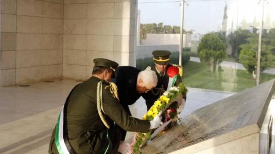 الرئيس يضع اكليلاً من الزهور على ضريح الشهيد ياسر عرفات
