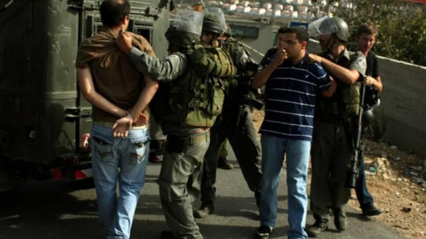 رام الله: الاحتلال يعتقل 5 شبان من مخيم الجلزون وينهب مبلغا ماليا