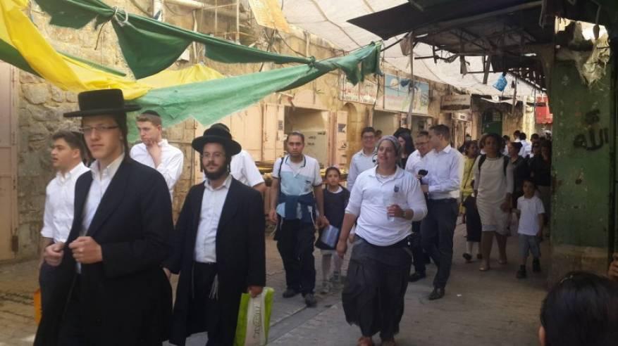 المستوطنون يقتحمون البلدة القديمة والاحتلال يعتقل مواطنا في الخليل