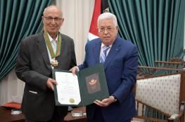 الرئيس يقلد القائد الوطني نبيل شعث النجمة الكبرى من وسام القدس