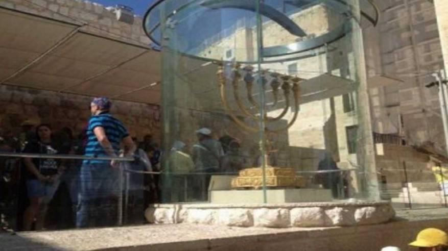 مستوطنون ينصبون شمعدانا ضخما في ساحة البراق