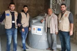 مخيم المية مية يستلم خزانات مياه من المجلس النرويجي