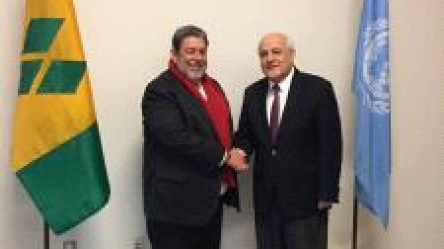 السفير منصور يبحث مع رئيس وزراء سانت فنسنت وغرينادين تعزيز التعاون المشترك