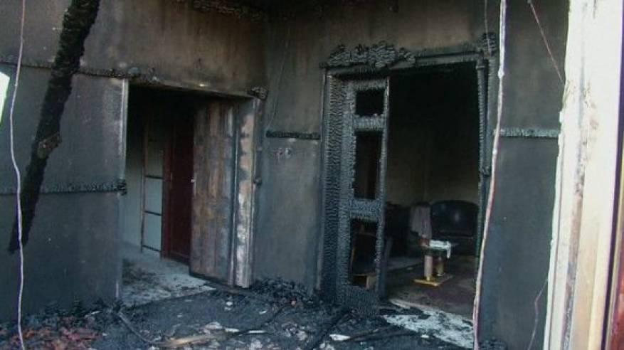 مستوطنون يحرقون مبنى سكنيا في البلدة القديمة من الخليل