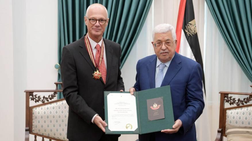 """الرئيس يمنح السفير التشيلي نجمة القدس من """"وسام القدس"""""""