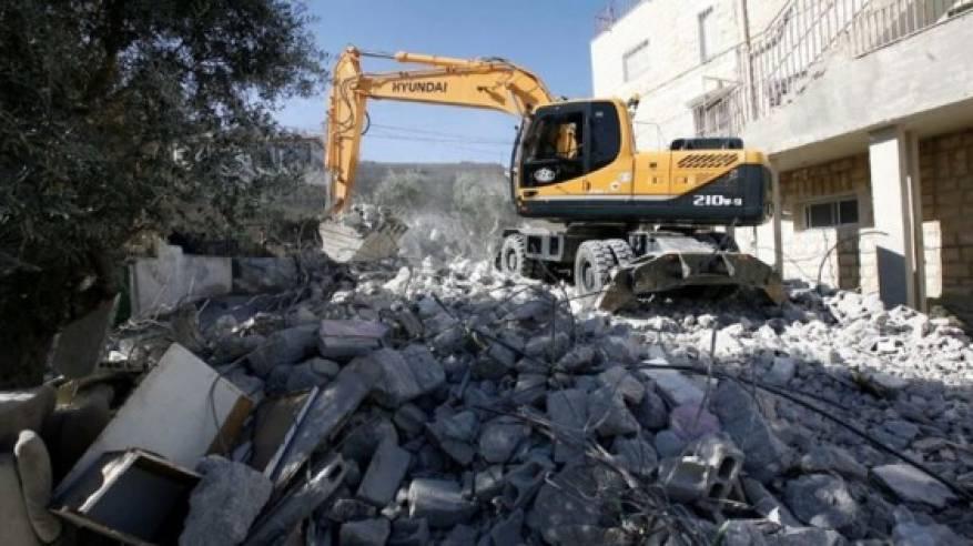 الاحتلال يهدم بناية سكنية في مخيم شعفاط وسط القدس