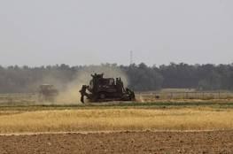 الاحتلال  يجرف اراض شرق مخيم دير البلح