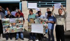 موظفون يعتصمون أمام مقر الاونروا في نابلس احتجاجاً على انهاء خدمات المئات من موظفي الوكالة في الضفة وغزة