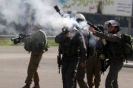 الاحتلال يصيب مواطنين بحالات اختناق ويعتقل 14 آخرين ويهدم سقيفة بالضفة