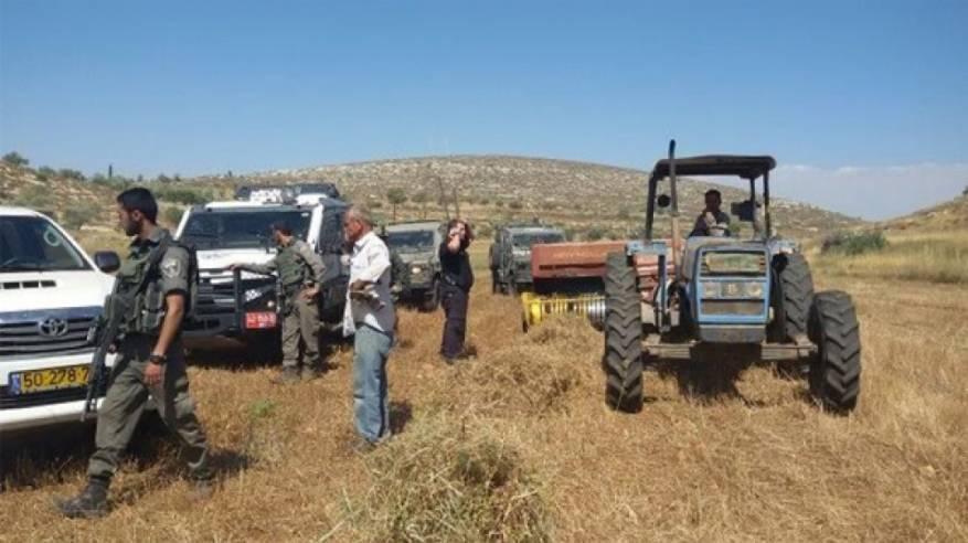 الاحتلال يستولي على جرار زراعي ويصور منشآت زراعية في الأغوار