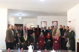 الدكتور أحمد أبو هولي يستقبل اللجنة الشعبية للاجئين ومؤسسات المجتمع المحلي في مخيم النصيرات