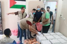 اللجنة الشعبية للاجئين بمخيم جباليا توزع طرود غذائية على الاسر المحجورة