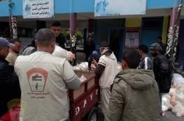 اللجنة الشعبية بمخيم ديرالبلح تساعد الأونروا بتوزيع المواد الغذائية على مستحقيها
