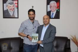 د . أبو هولي يستقبل الشاعر محمد أبو نصير