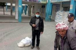 اللجنة الشعبية بمخيم النصيرات تساعد الاونروا في توزيع المواد التموينية وفق آليتها الجديدة