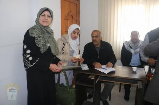 اللجنة الشعبية للاجئين بمخيم البريج توزع منحة الطالب المتفوق بمدارس الاونروا