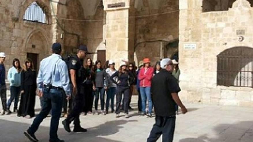 مستوطنون يجددون اقتحامهم للأقصى واستمرار اعتصام نساء وطالبات على بواباته